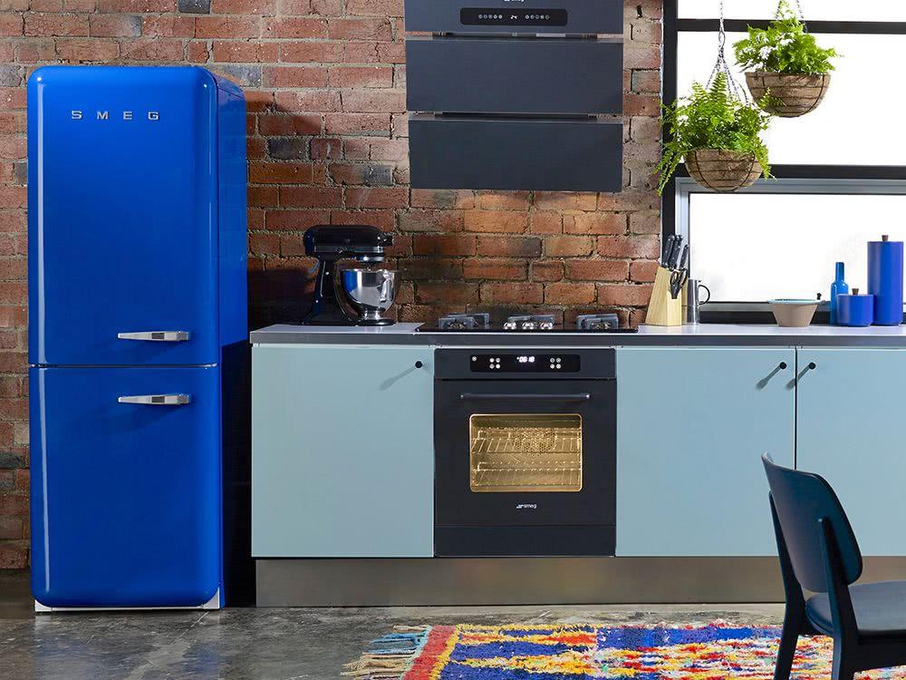 Cozinha com geladeira azul vibrante