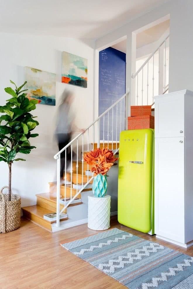 Modelo de geladeira verde fora da cozinha