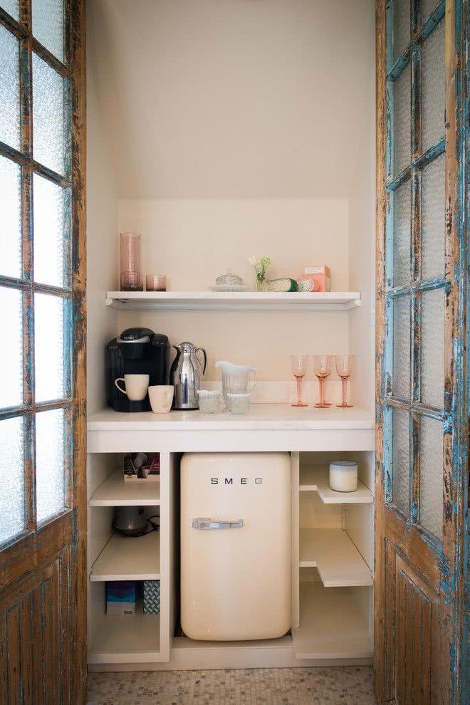 Pequeno frigobar creme para complementar o bar de parede
