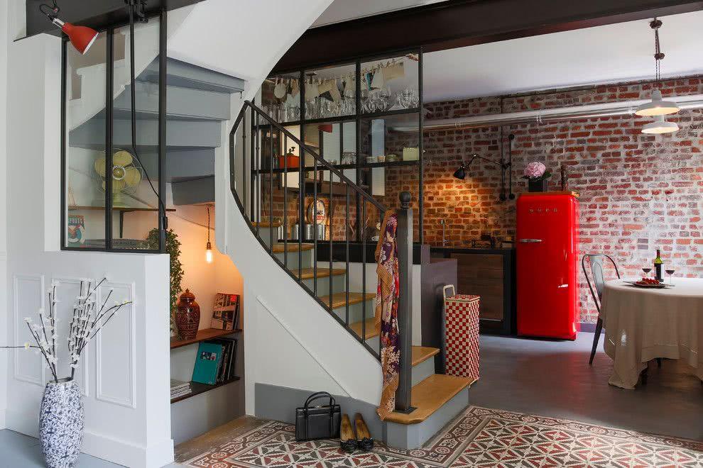Um ambiente com a geladeira vermelha em destaque