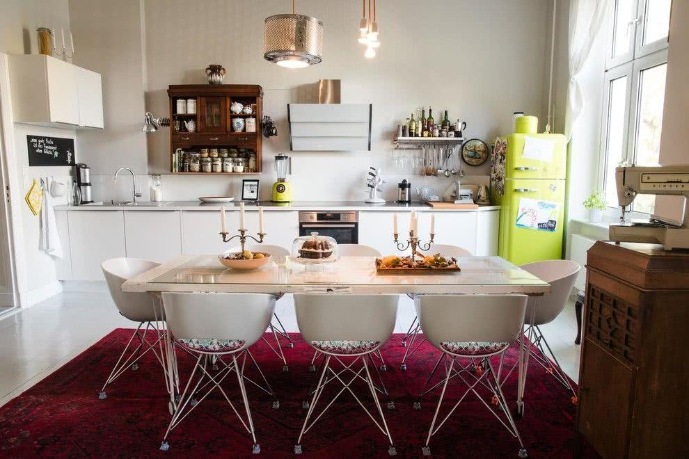 A cozinha clean tem muito mais vida com uma geladeira colorida na cor verde