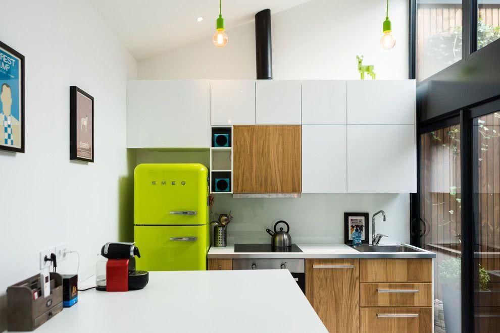 Toda a vitalidade da cor verde em uma cozinha branca