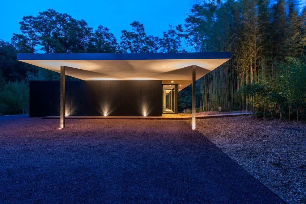 Casa térrea moderna com pórtico.