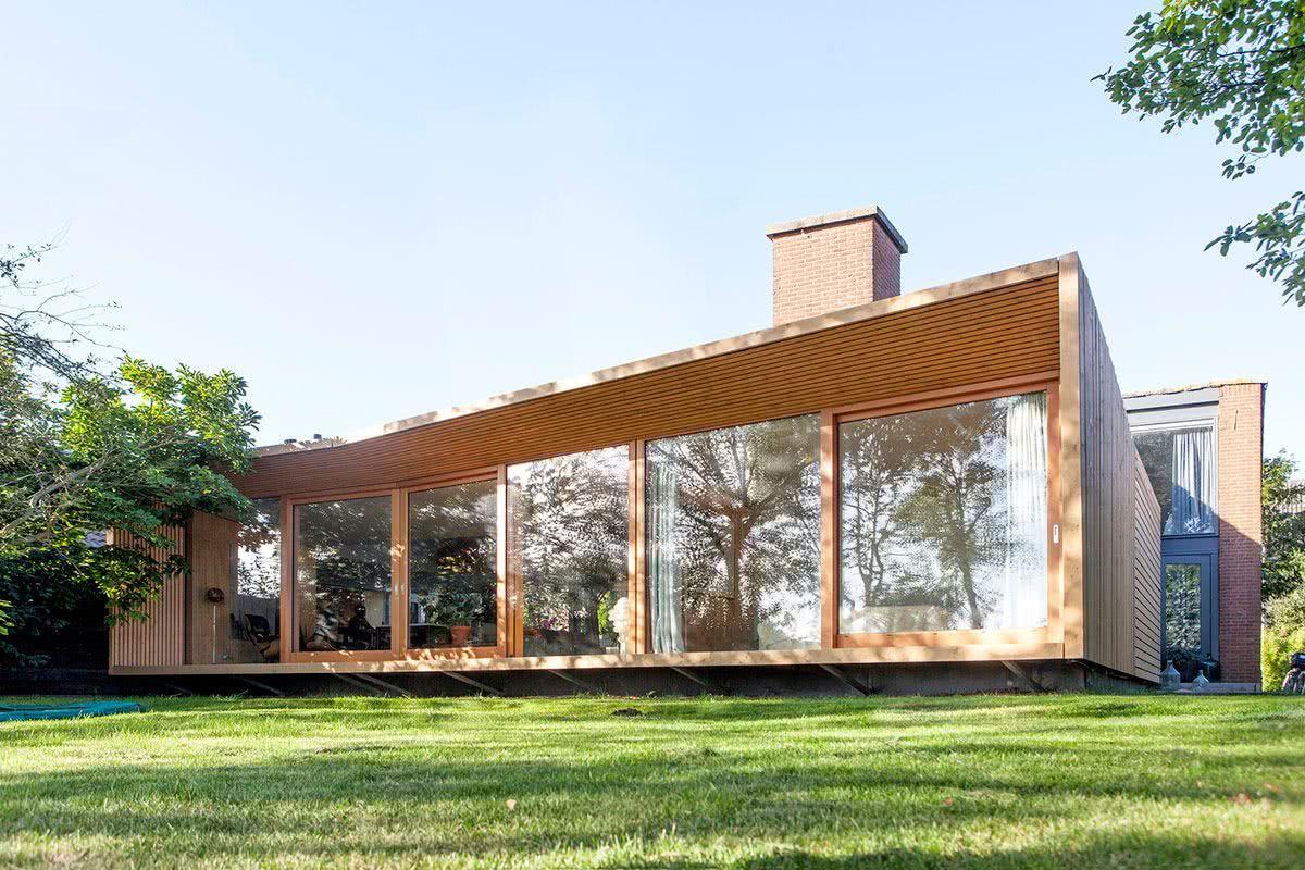 Casa de madeira com painéis de vidro.