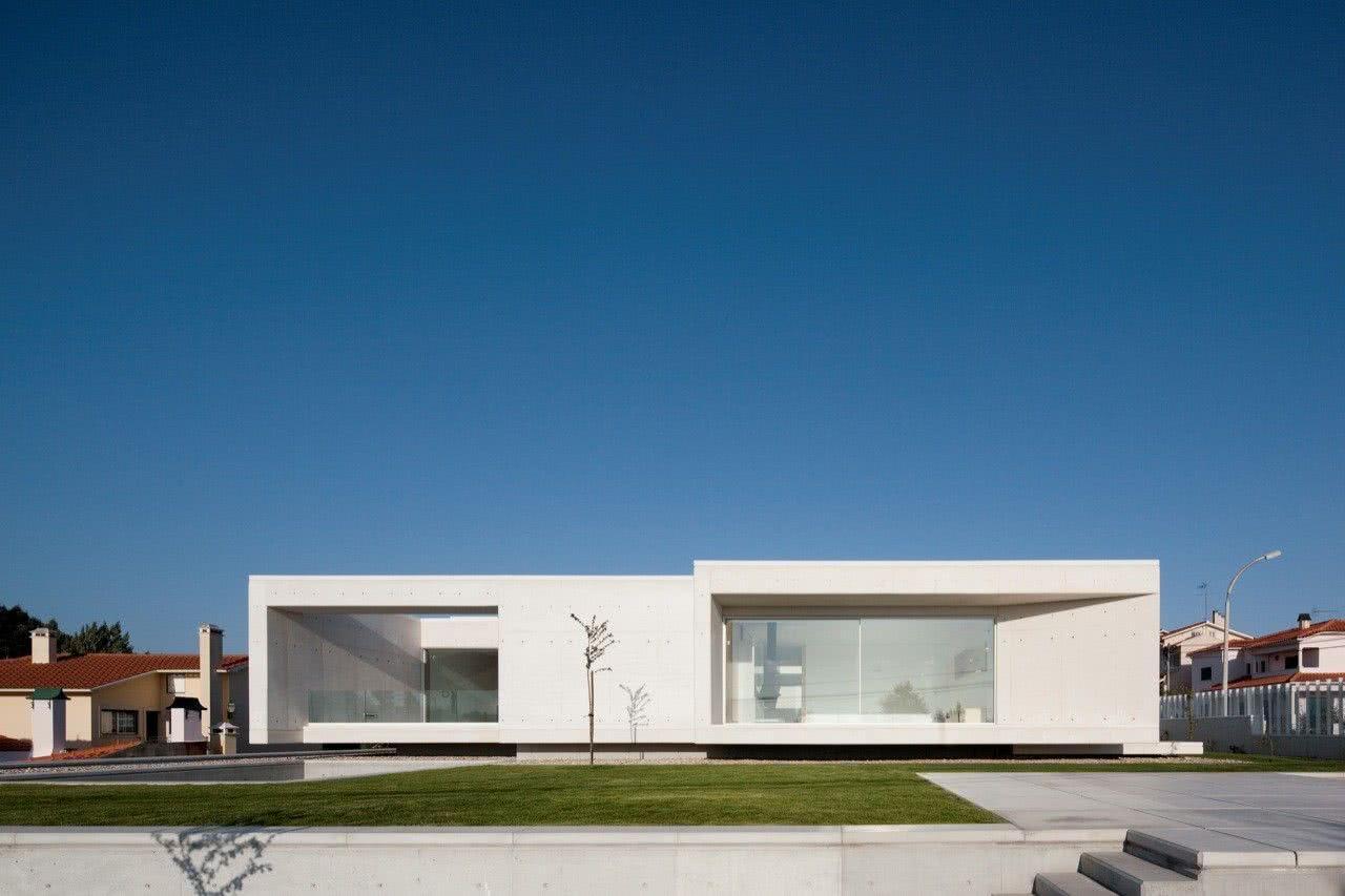 Grande estrutura de concreto aparente com painéis de vidro.