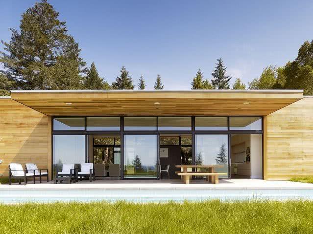 Casa com área externa coberta.