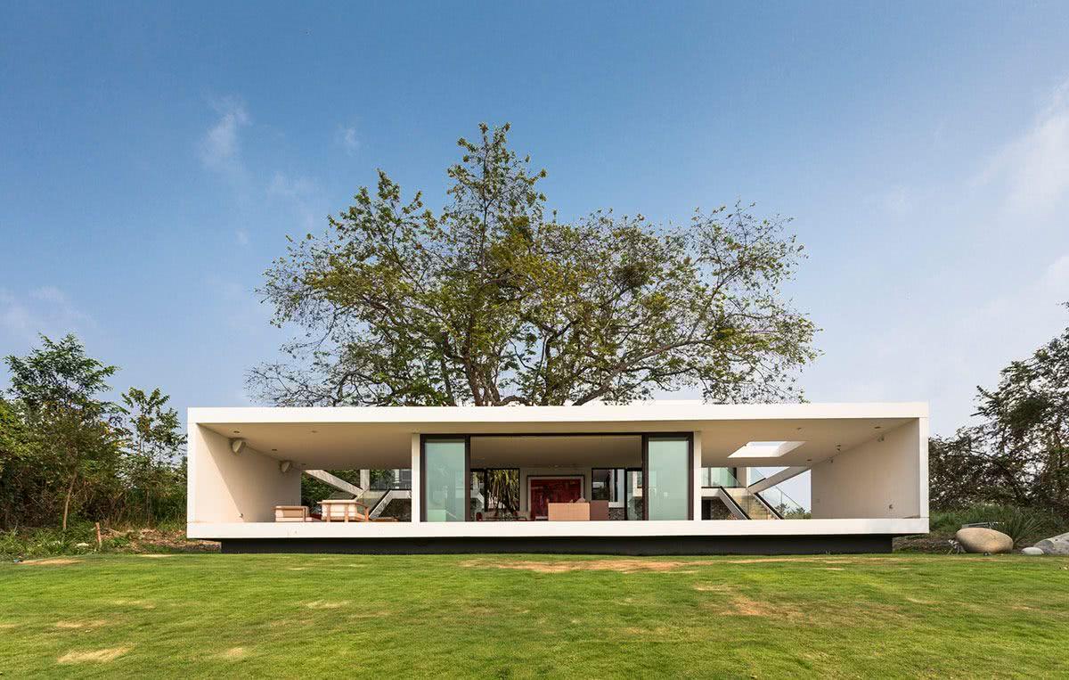 Projeto com área vazada para convivência permitindo ampla ventilação do ambiente.