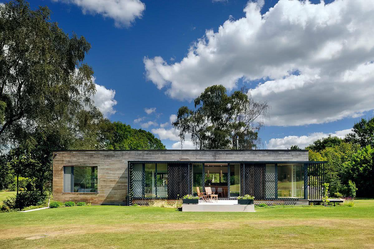 Projeto de casa térrea em grande área verde.