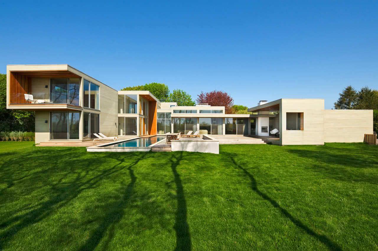 Fachada de casa com vidro.