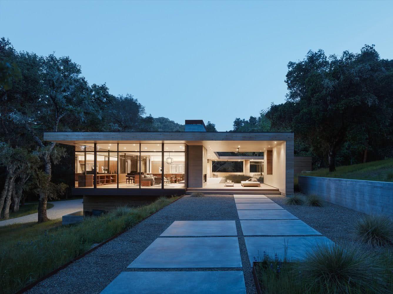 Casa térrea com painéis de vidro.