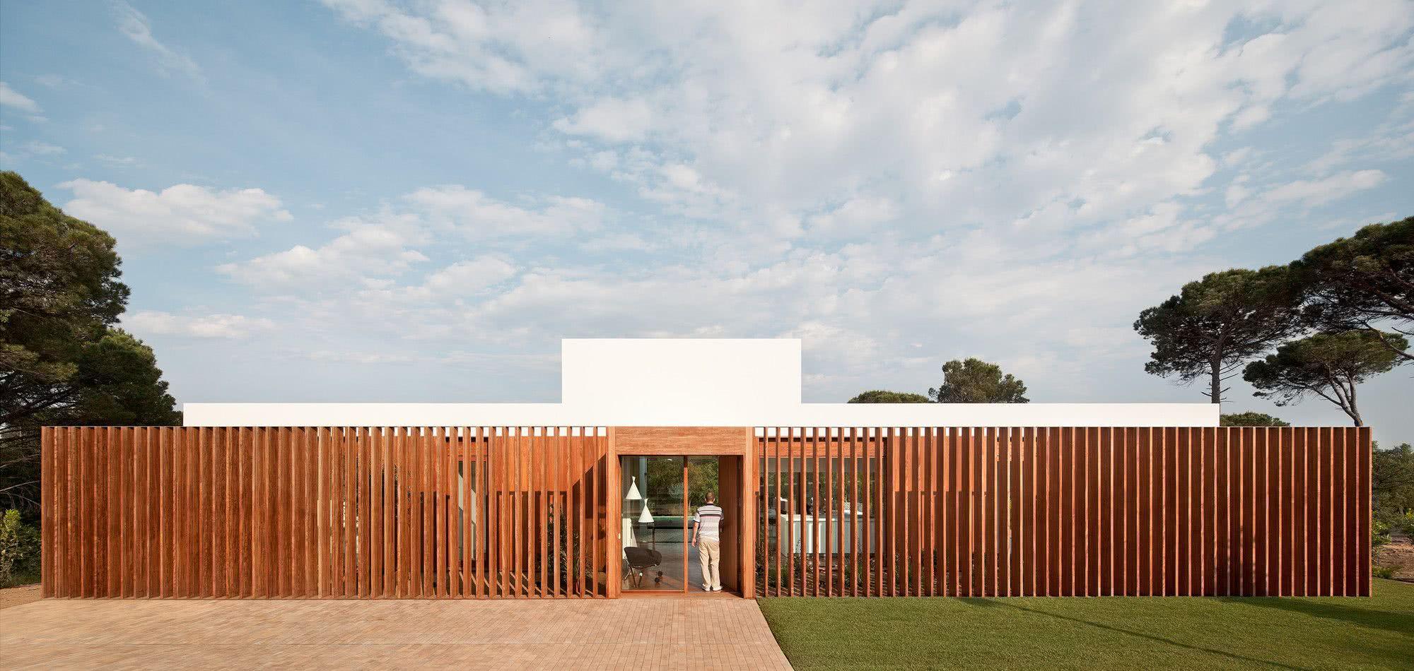 Duas perspectivas de um mesmo projeto de casa térrea.