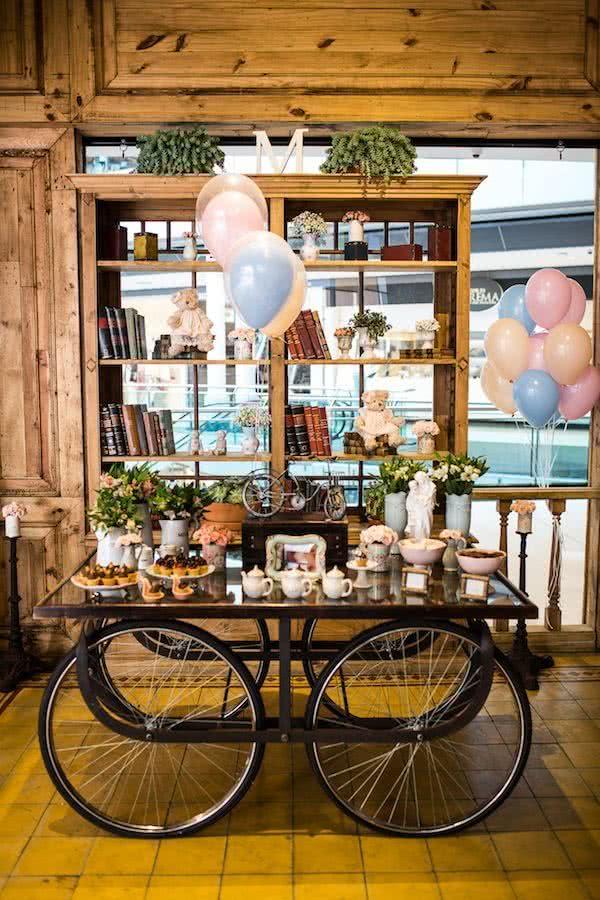 Decoração rústica com a mesa móvel. Para dar uma leveza, invista nos balões em tons candy color e pelúcias