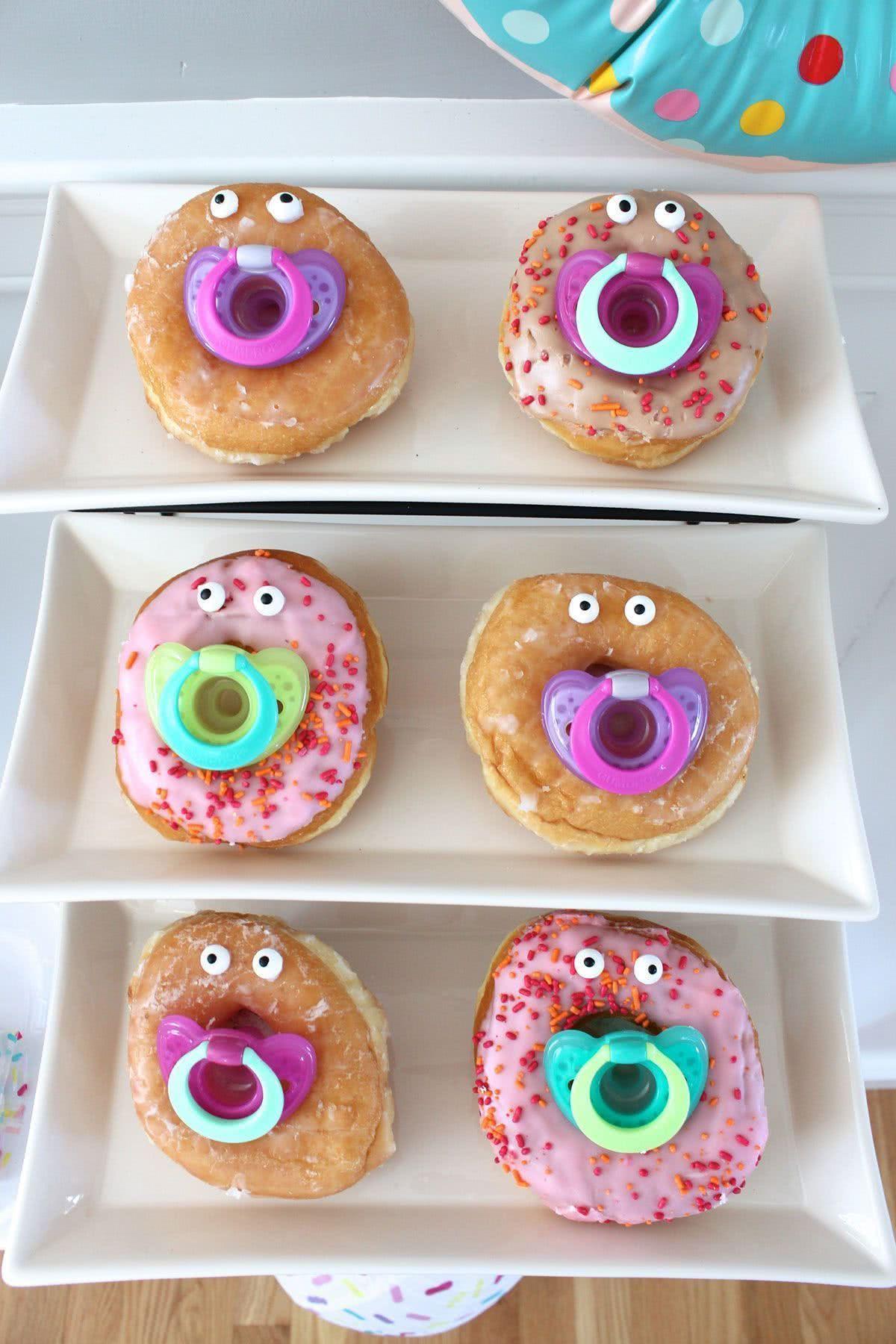 Donuts divertidos com chupetas. O bom humor é fundamental em qualquer festa