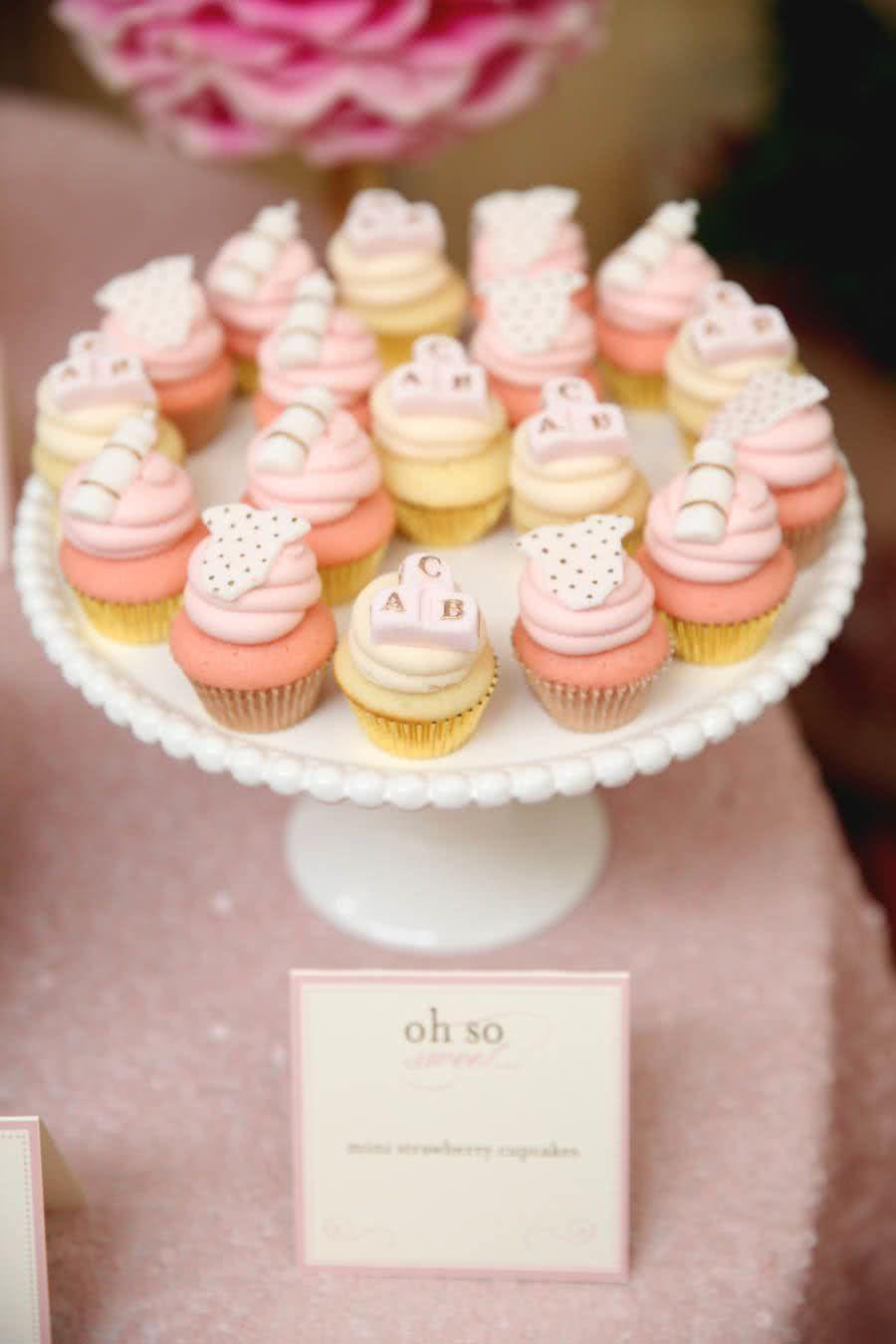 Mini cupcakes confeitados com itens do enxoval