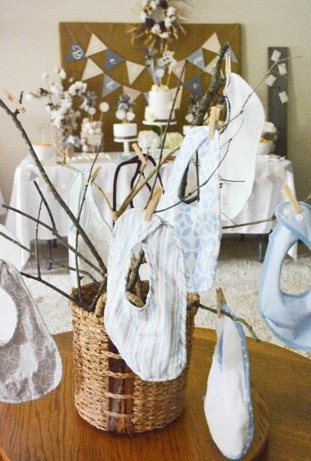 Babadores pendurados em galhos: uma sugestão de decoração simples e prática que faz toda a diferença na décor do ambiente