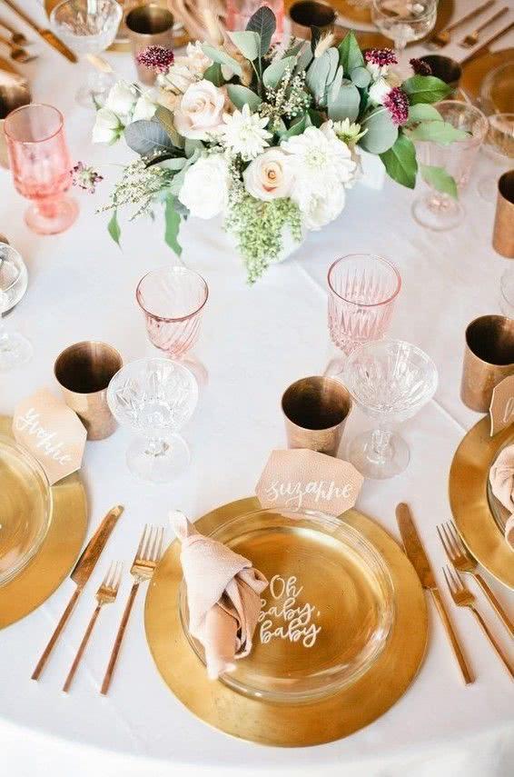 Veja a reação dos convidados ao encontrar letras de músicas que tenham a palavra baby sobre a mesa de refeição