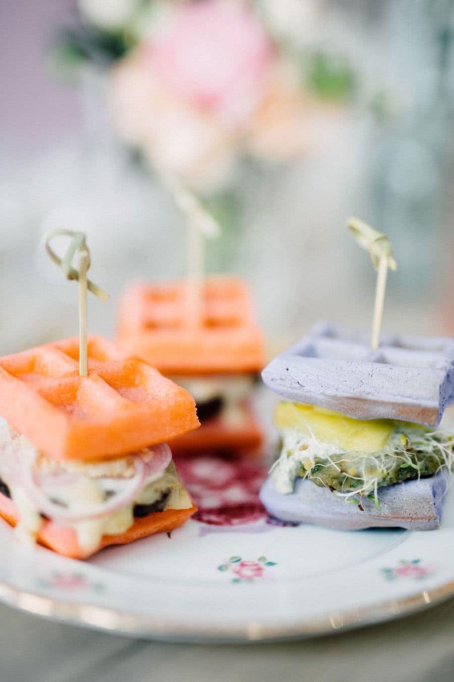 Substitua a fritura por mini sanduíches de waffle. Além de ser uma opção mais saudável para a mamãe, são deliciosos!