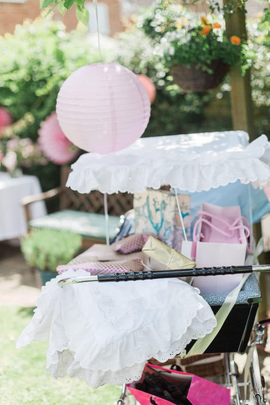 Essa é a hora de improvisar: o carrinho do bebê se transforma em porta-presentes