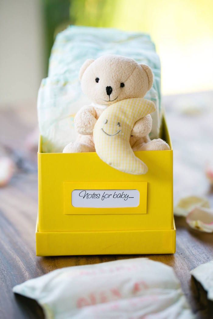 Cápsula do futuro: as mensagens para o bebê são colocadas em fraldas diferentes