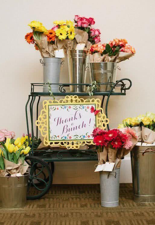 Uma lembrancinha perfumada: flores para alegrar a casa