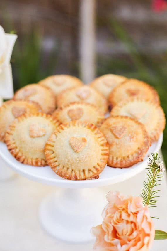 Petit tortinhas são capazes de derreter corações! Ofereça duas opções de recheio para agradar: frango e palmito para os vegetariano