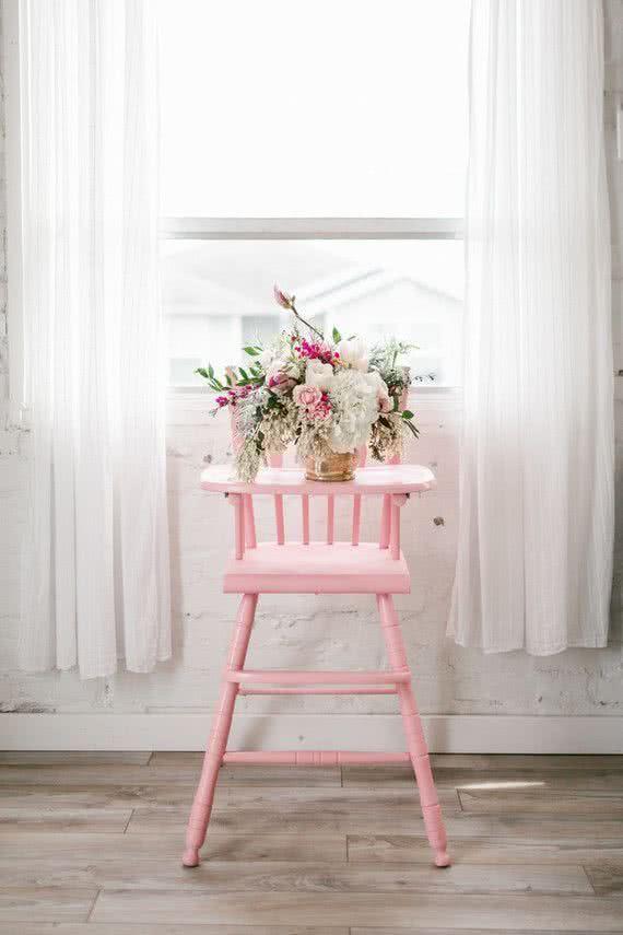 Traga os móveis do bebê para a festa! A cadeira de alimentação vira apoio de vasos e até mesmo dos docinhos