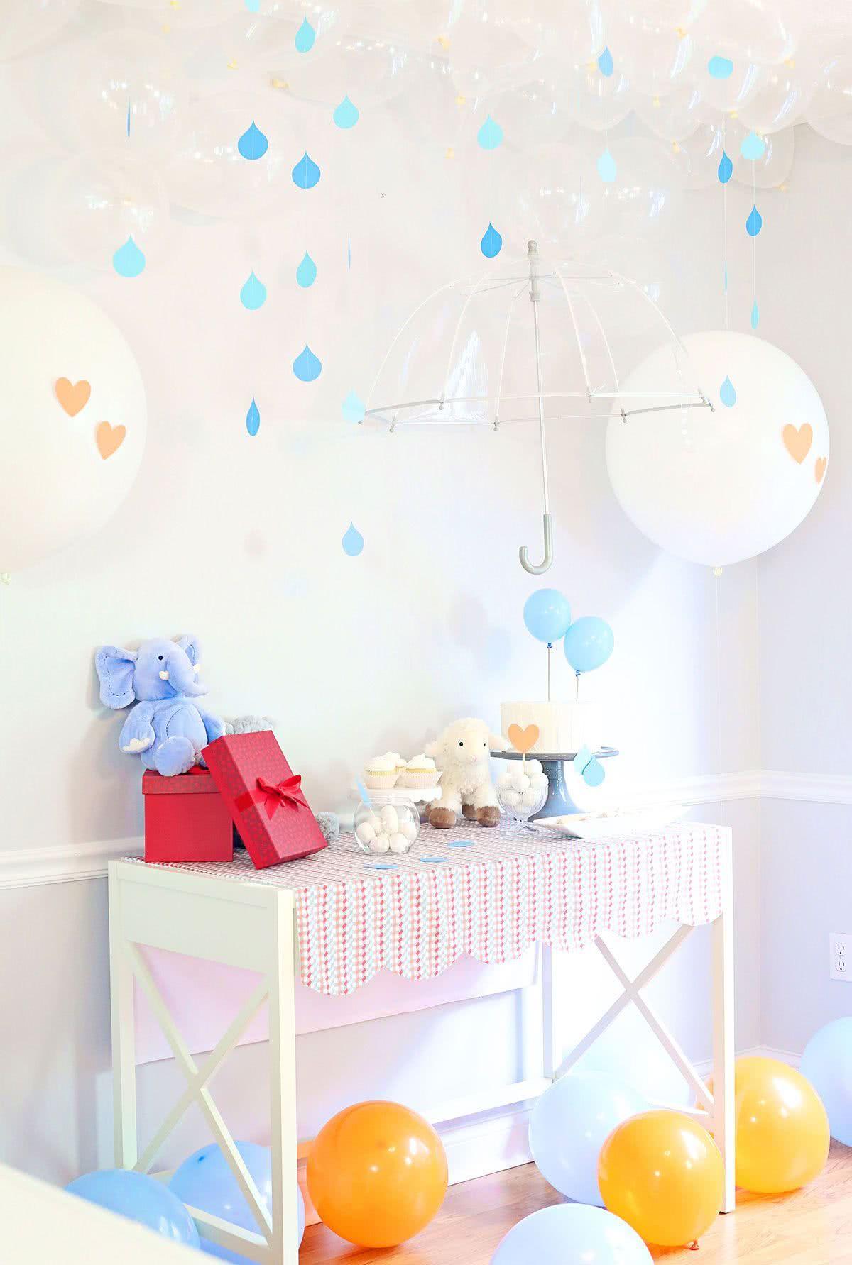 Balões transparentes simulam nuvens e a cortina de gotinhas, a chuva. Lindo, livre, leve e solto!