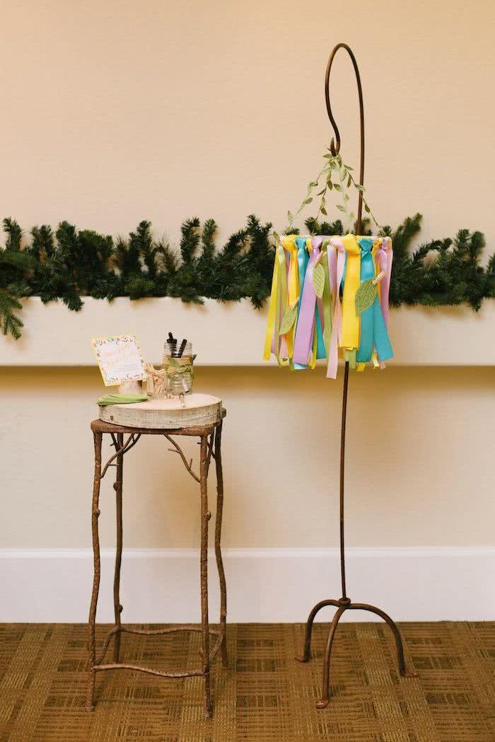 Conselhos e mensagens carinhosas penduradas no abajour que decorará o quarto do bebê