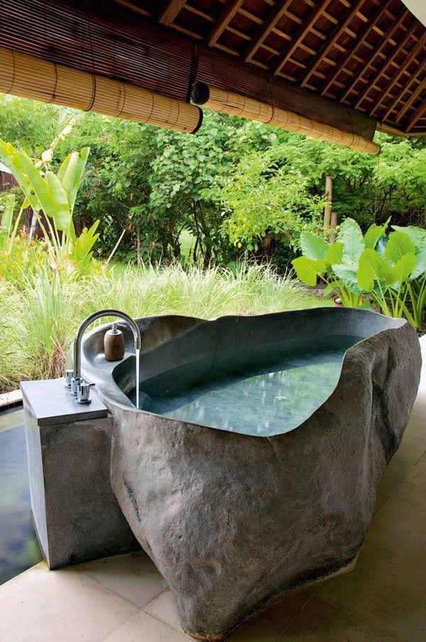 Banheira de pedra com formato irregular