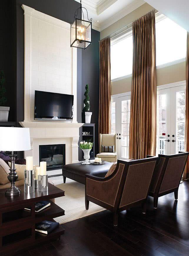 Sala clássica com TV sobre a lareira