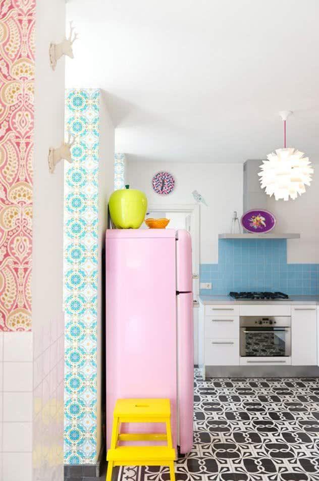Cozinha colorida com geladeira rosa clara
