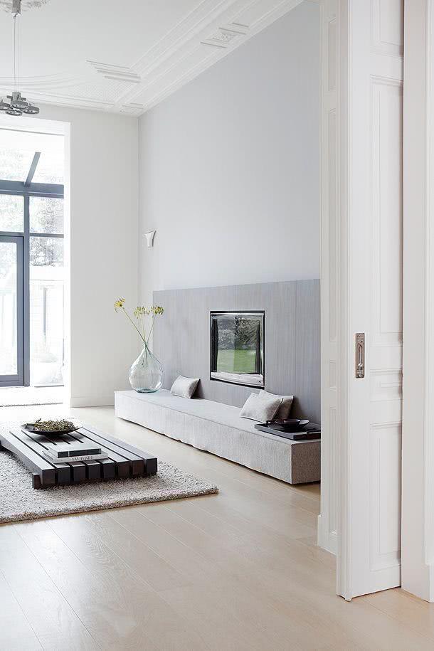 Sala minimalista com mesa baixa e TV de parede