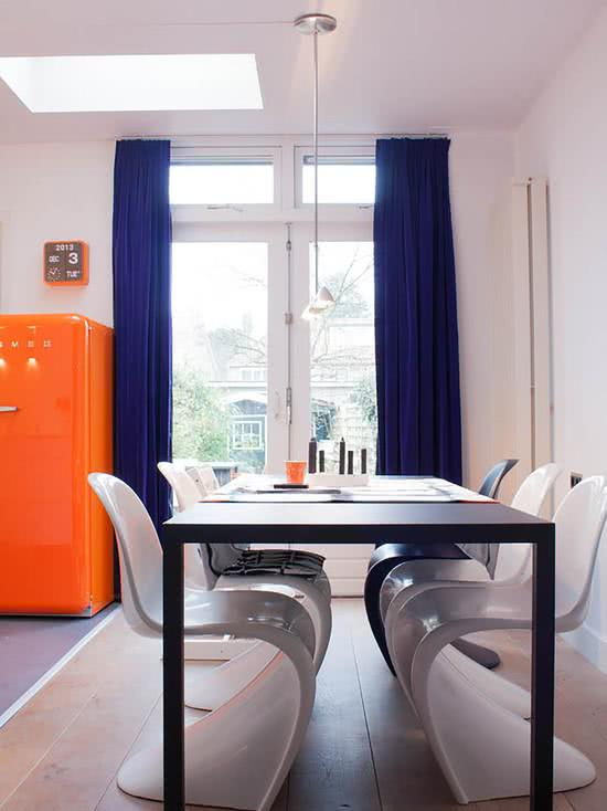 Geladeira colorida na cor laranja