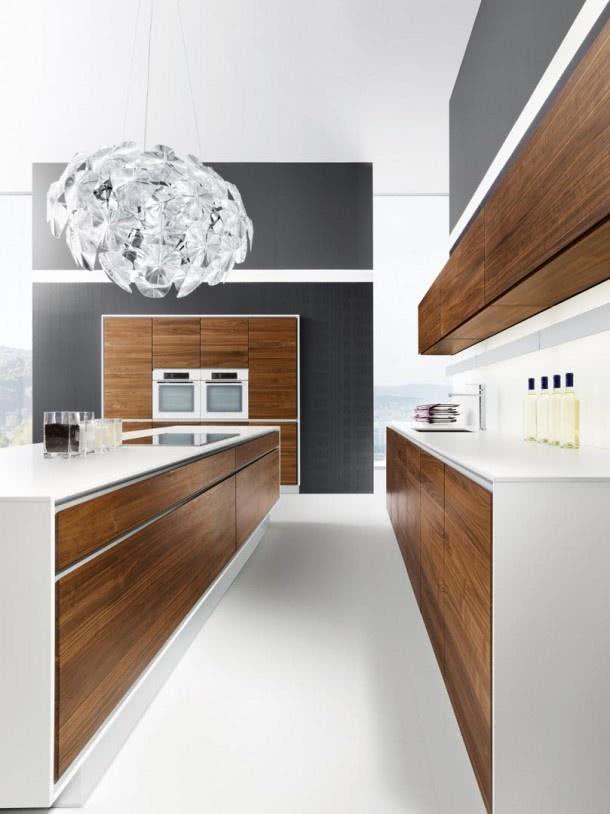 Cozinha branca com detalhes em grafite e gabinetes de madeira