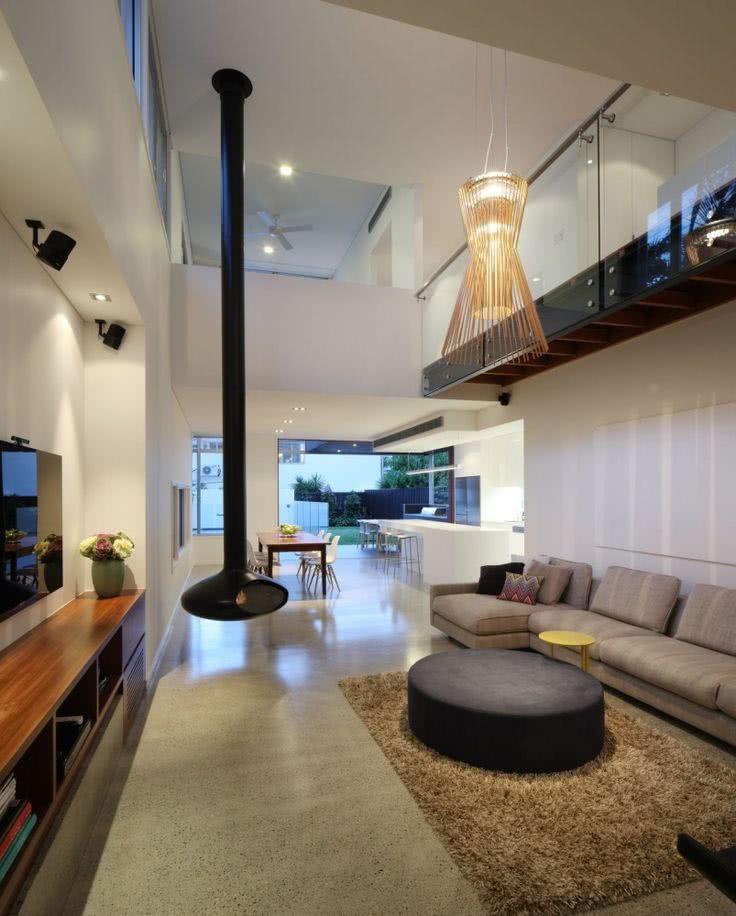 Sala ampla com TV de parede