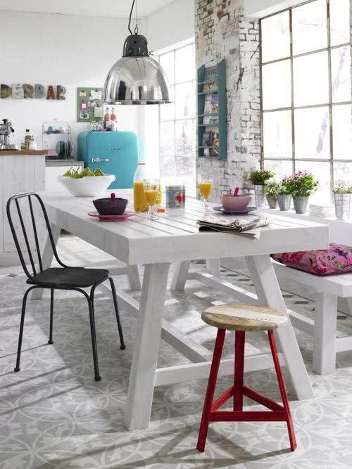 Cozinha branca com geladeira azul