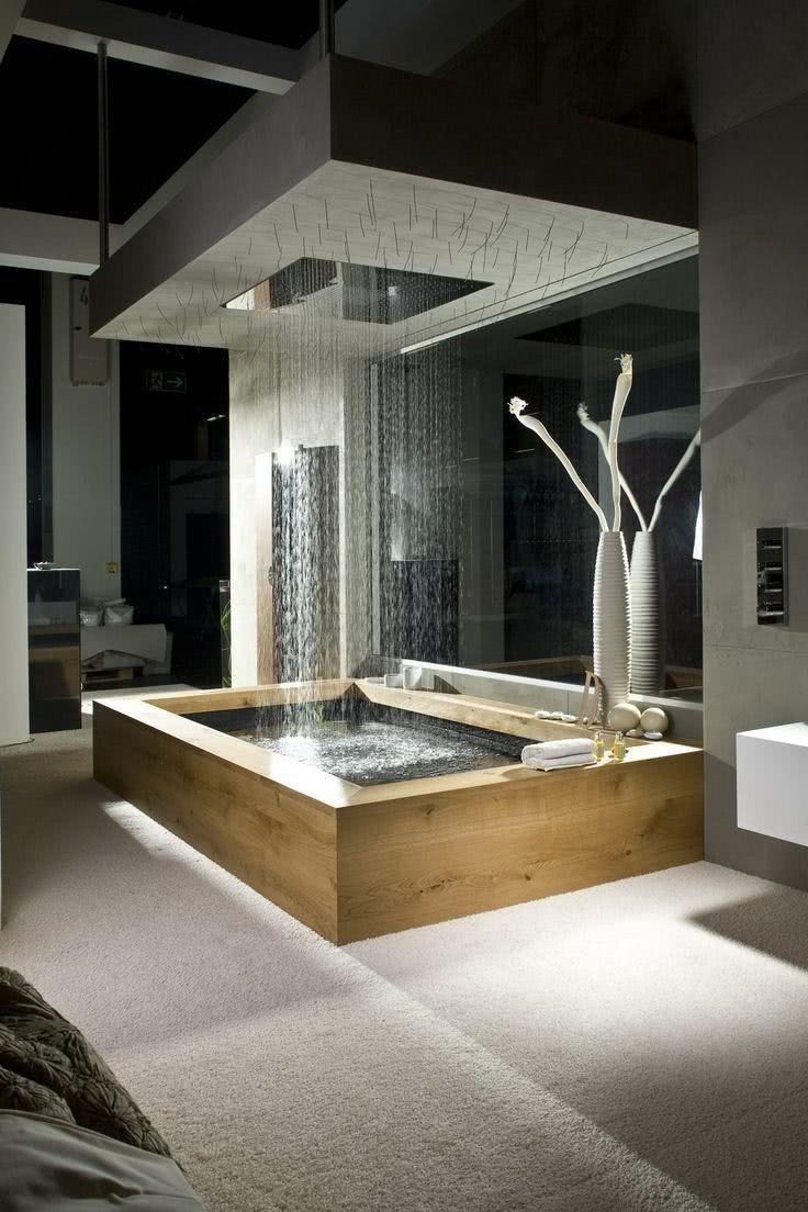 Banheira de luxo com chuveiro de teto