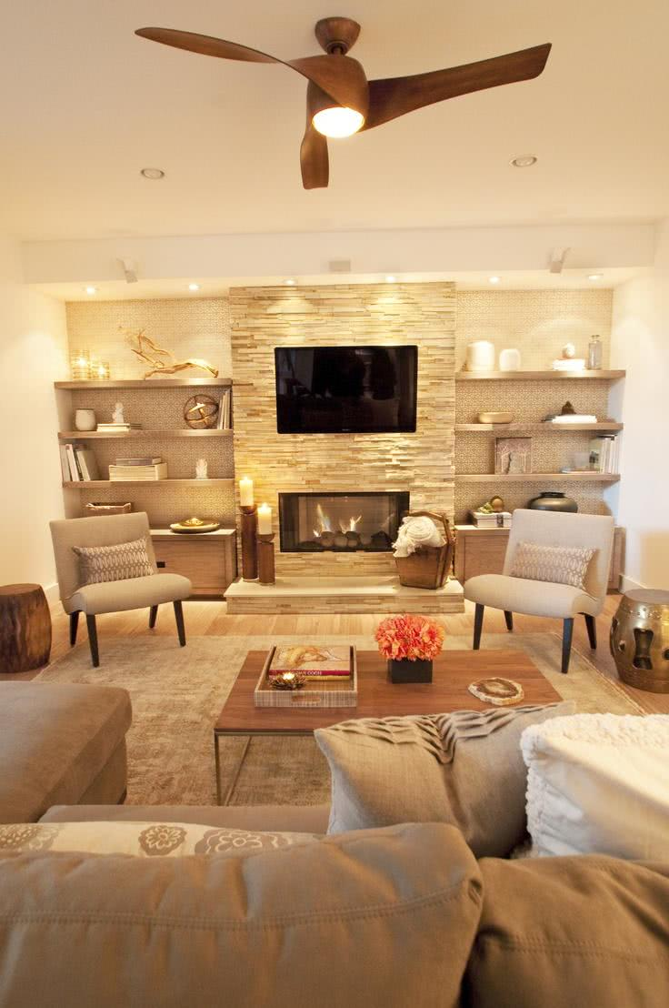 Sala clara com papel de parede e TV acima da lareira