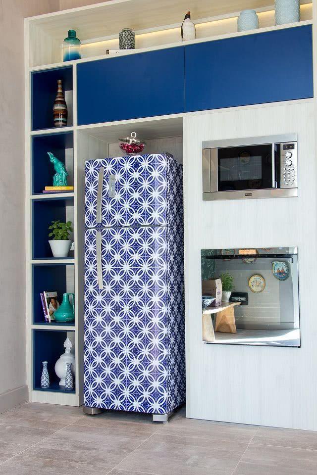 Geladeira com desenhos geométricos na cor azul marinho