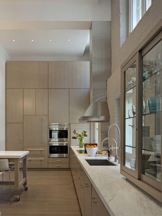 Cozinha moderna com madeira na cor creme