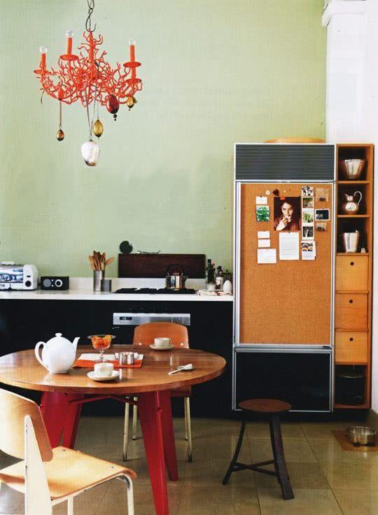 Geladeira com porta de madeira e fotos