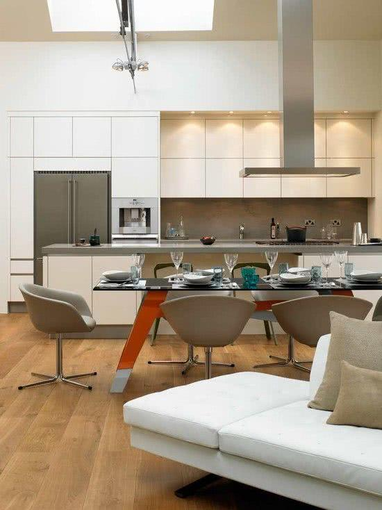 Cozinha branca com concreto e detalhes na cor cinza