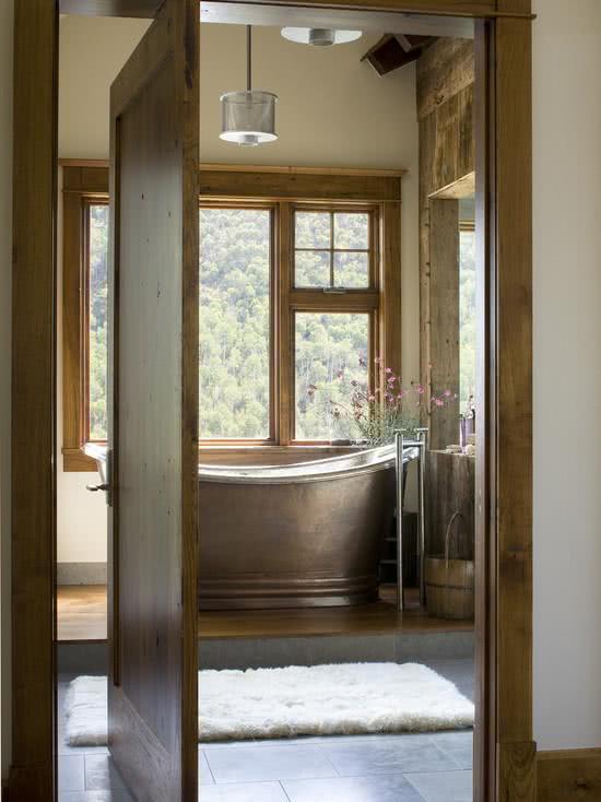 Banheira de cobre na janela