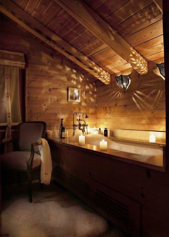 """Banheiro estilo """"cabana"""" com banheira"""
