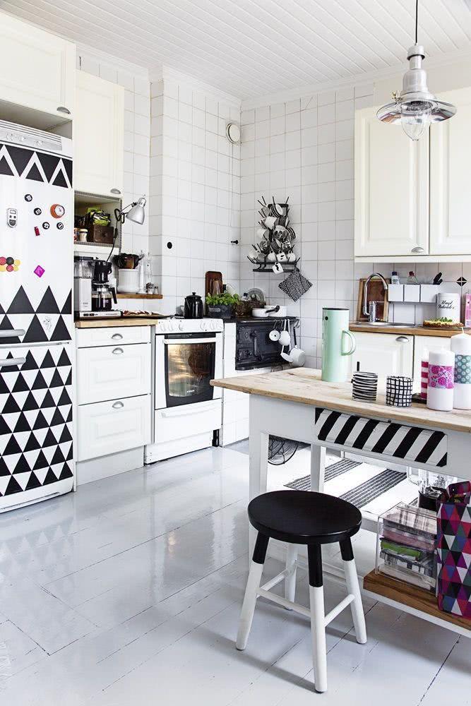 Geladeira branca com adesivos de formas geométricas pretas