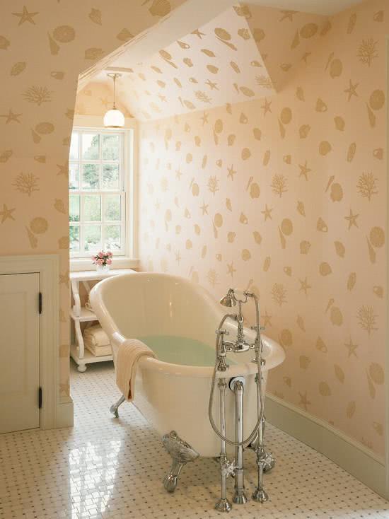 Banheira com pés metálicos, banheiro com papel de parede