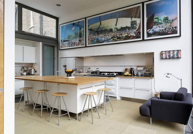 Cozinha branca com quadros
