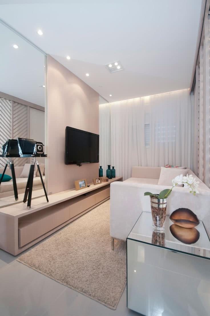 Sala de TV decorada com parede e rack na cor salmão claro