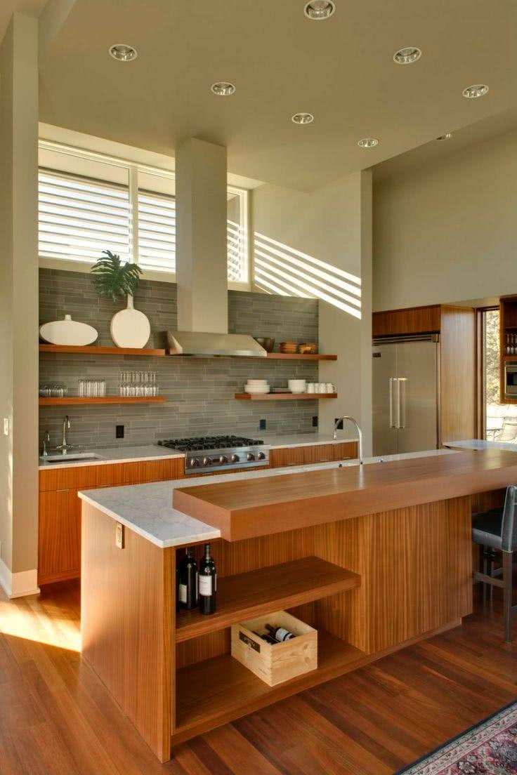 Cozinha de madeira com parede de pedras