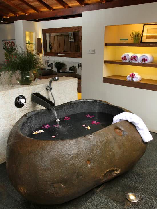 Banheira com formato de pedra